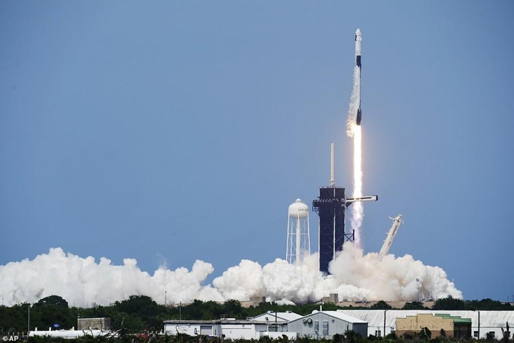 दुई यात्री लिएर 'स्पेस एक्स' अन्तरिक्षका लागि प्रस्थान