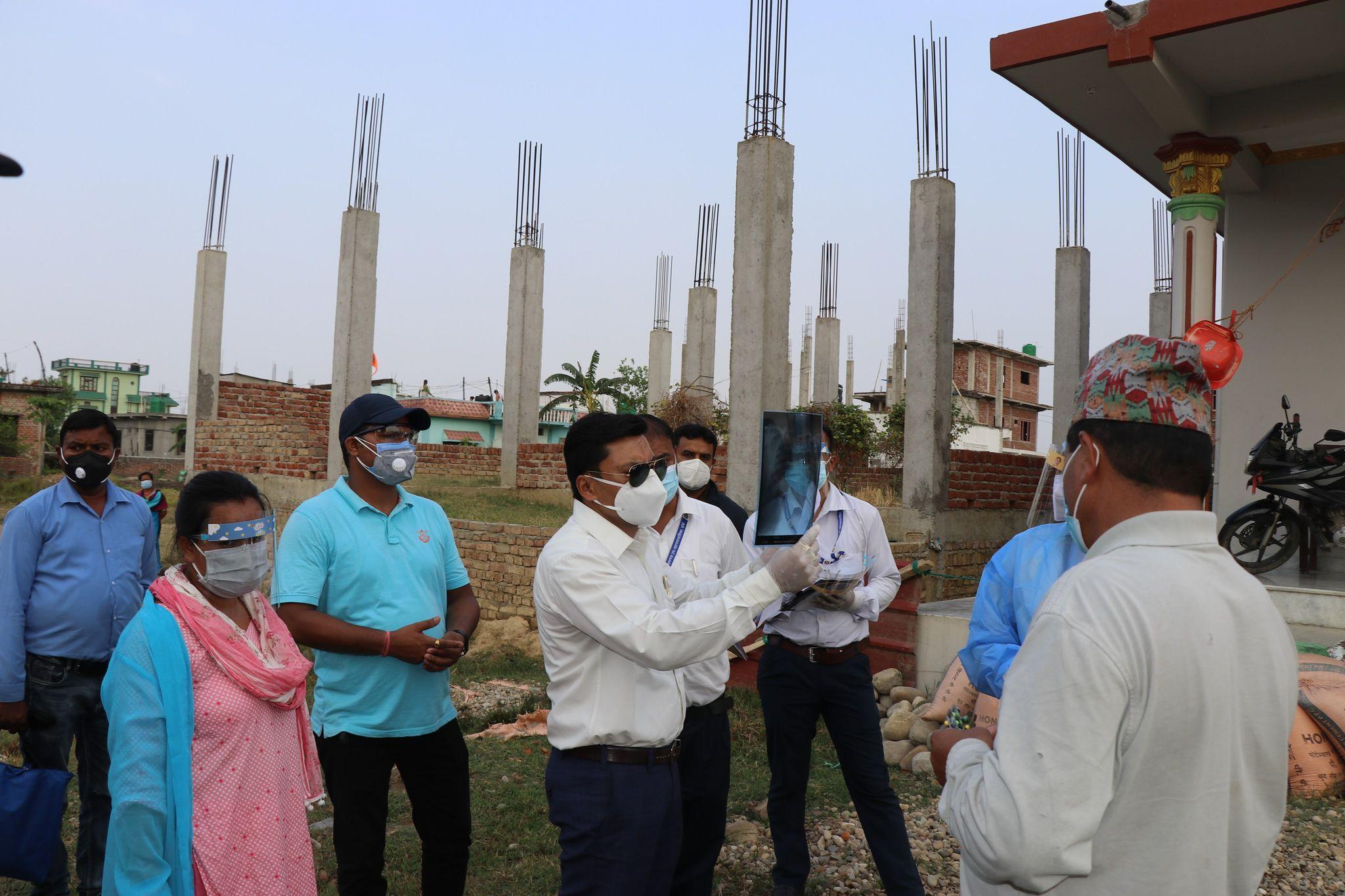 नेपालगञ्ज–१८ का जनप्रतिनिधि चिकित्सकसहितको सेवा लिएर संक्रमितको घरघरमा