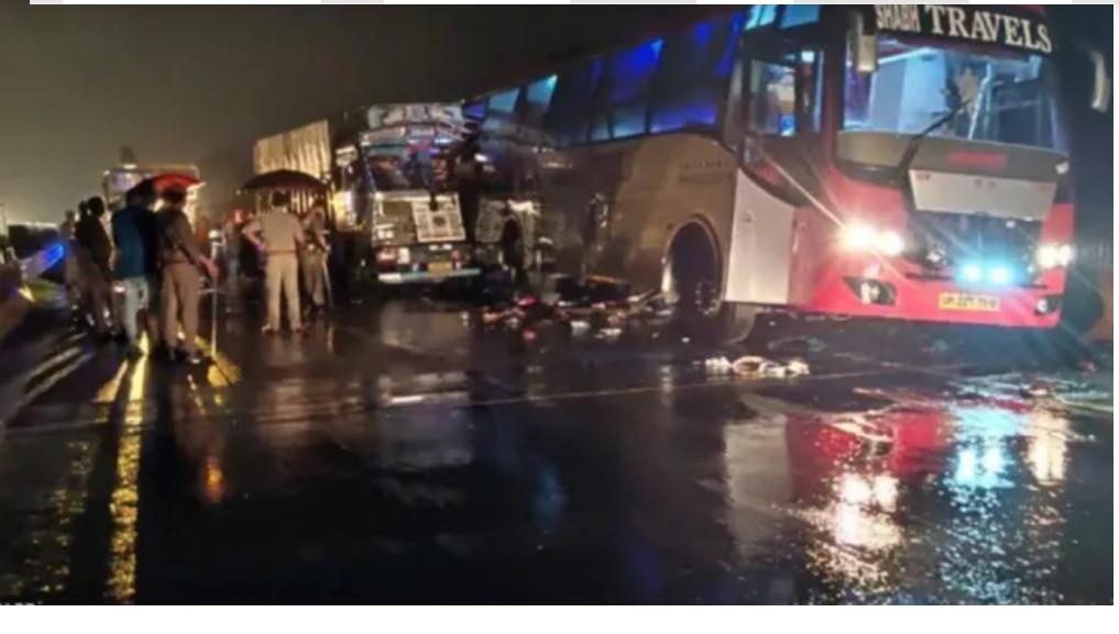 उत्तर प्रदेशमा डबल डेकर बस दुर्घटनामा १८ जनाको मृत्यु